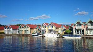 Blick auf die Ferienhaus-Insel im Hafendorf